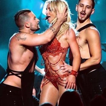 Бритни Спирс чуть не потеряла лифчик на выступлении