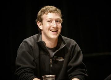 Марк Цукерберг показал первые шаги дочери в панорамном видео
