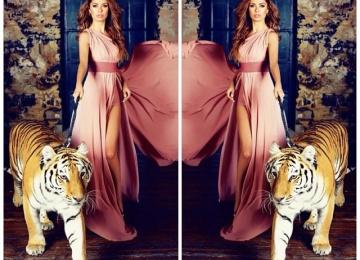 Виктория Боня кормит тигров с рук