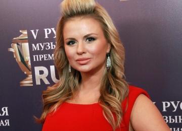 Анна Семенович удивляет поклонников тонкой талией и новой песней