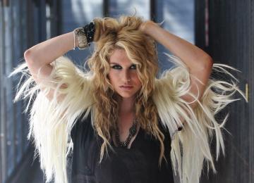 Певица Kesha блистает в новом клипе