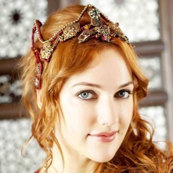 Актриса сериала «Великолепный век» наслаждается архитектурой Санкт-Петрбурга