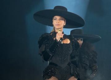 Серена Уильямс, Мишель Обама и другие звезды повторили образ Бейонсе из клипа Formation