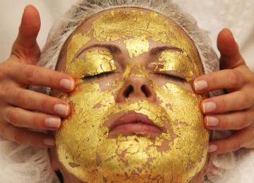 Косметический бум: звезды пробуют золотые маски
