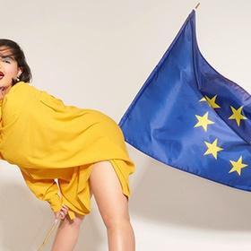 Вивьен Вествуд показала модель с флагом Евросоюза в интересном месте