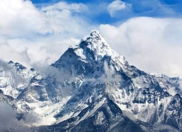 Точно на «седьмом небе»! Пара альпинистов сыграла свадьбу на Эвересте