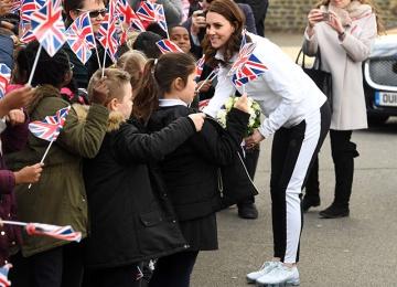 Кейт Миддлтон сменила каблуки на кроссовки и сыграла с детьми