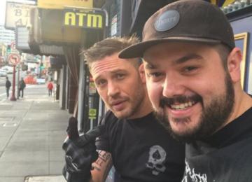 Том Харди засветил сделанную на спор татуировку с именем Ди Каприо