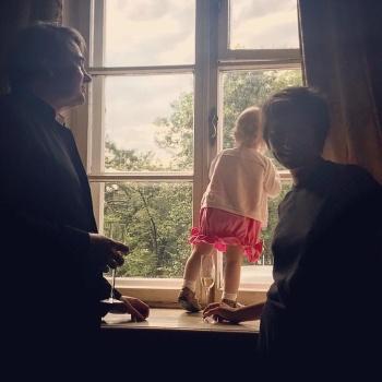 Земфира заинтриговала поклонников фотографией с ребенком