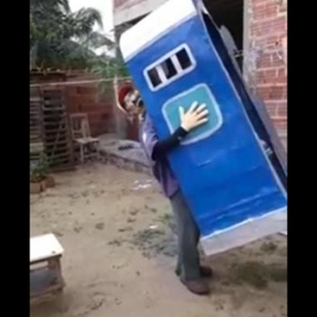 «Человек-туалет» победил в рейтинге костюмов