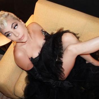Леди Гага в прозрачном платье на пляже попалась в объективы папарацци