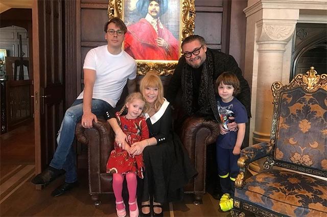 Алла Пугачева передала костюмы в музей Александра Васильева