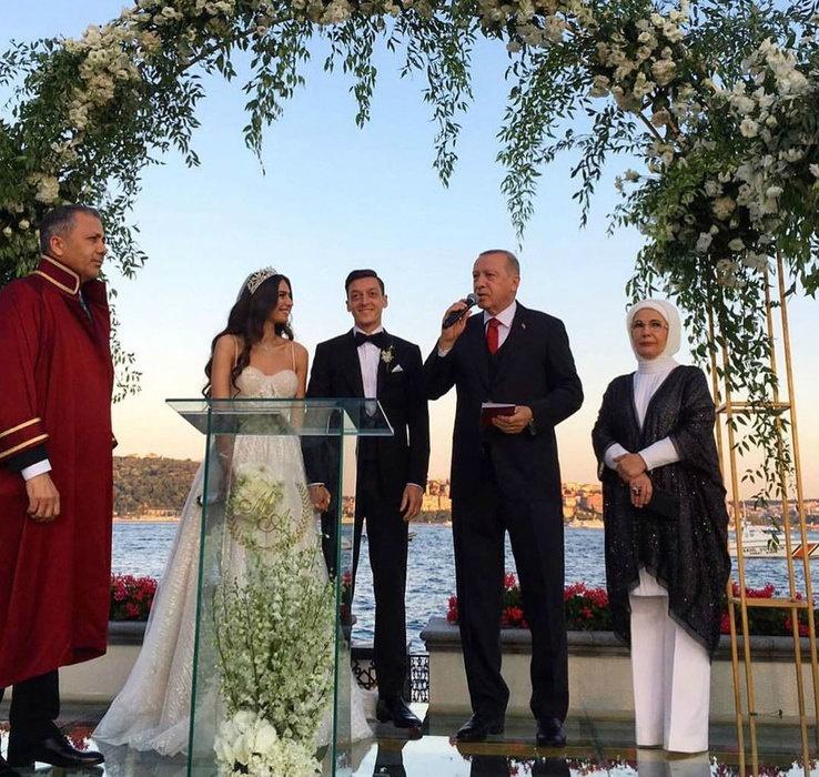 Месут Озил женился на победительнице конкурса «Мисс Турция»