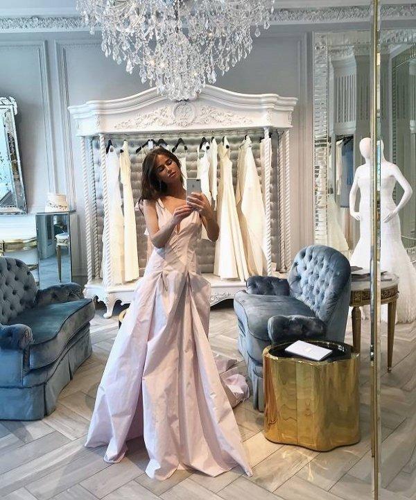 Певица Алекса выбирает свадебное платье